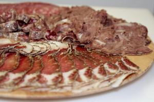 Piatti tipici e tradizionali della cucina Toscana, prodotti a km zero: salumi, formaggi, carne chianina, bistecca fiorentina